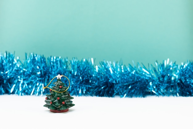 クリスマスツリーと青い背景の装飾。新年とクリスマスカードまたはパーティーの招待状