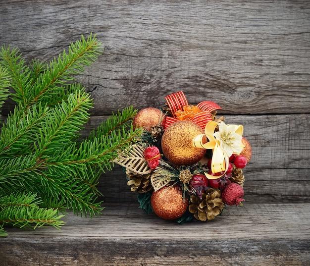 Рождественская елка и подарок на деревянных фоне
