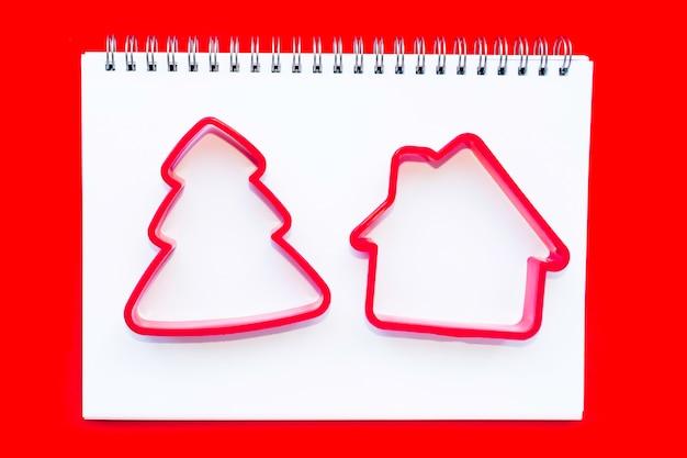 自家製クッキーにクリスマスツリーとハウスカッター。