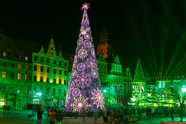 브로츠와프에서 크리스마스 밤에 시장 광장에서 크리스마스 트리와 빛 레이저 쇼
