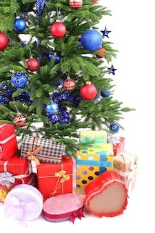 Рождественская елка и подарки, изолированные на белом фоне