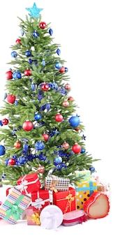 白で隔離のクリスマスツリーとプレゼント