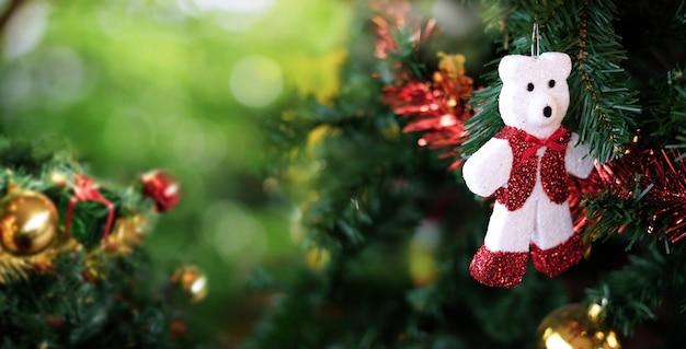 クリスマスツリーと他の装飾品と白いテディベア