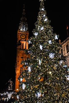 夜のクリスマスツリーグダニスク旧市街ポーランド