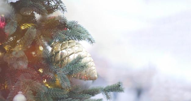 クリスマスツリーの背景のクローズアップ。お祝いの新年の背景の概念。