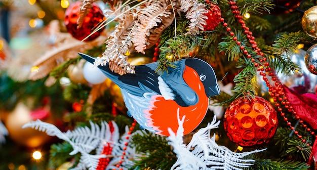 크리스마스 트리 배경입니다. 장식 새해 휴일 풍선, 장난감 눈송이 조명, bokeh 배너 장식 여유 공간