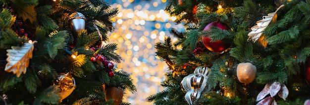 크리스마스 트리 배경입니다. 장식 새해 휴일 풍선, 장난감 눈송이 조명, Bokeh 배너 장식 여유 공간 프리미엄 사진