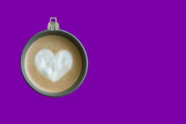 コーヒーカップ紫の背景で作られたクリスマスツリーボール