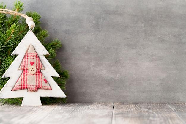 크리스마스 트리 분기 및 장식, 빈티지 배경.