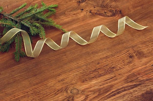 크리스마스 트리 분기와 황금 리본 나무 배경