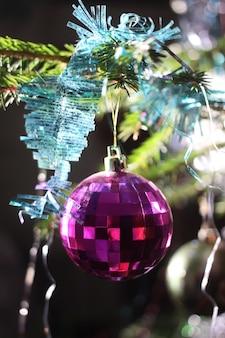 Елочная ветка украшена красочным шаром