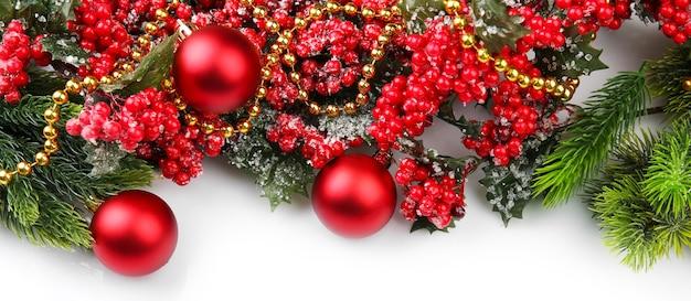 Ветка елки с красными ягодами и украшениями