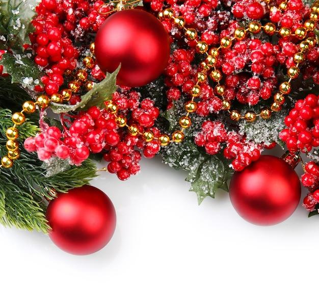 Елочная ветка с красными ягодами и украшениями