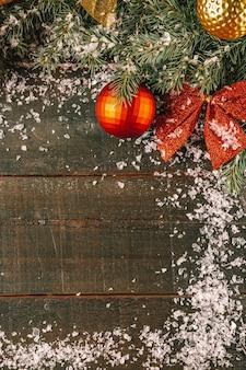 크리스마스 나무 가지와 나무 보드에 눈에 크리스마스 장식