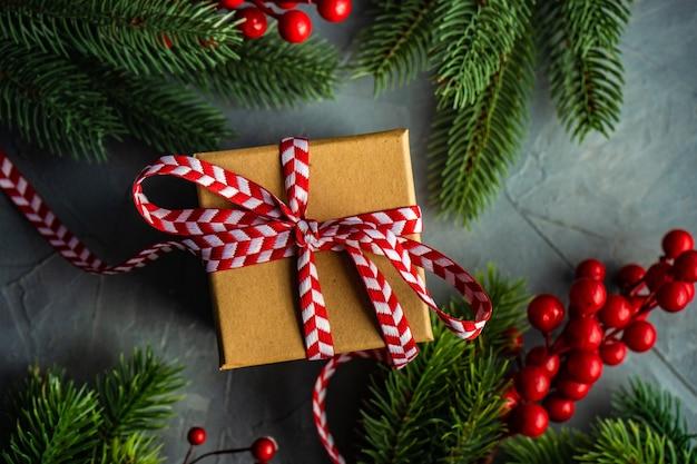 Елочные ветки и подарочная коробка