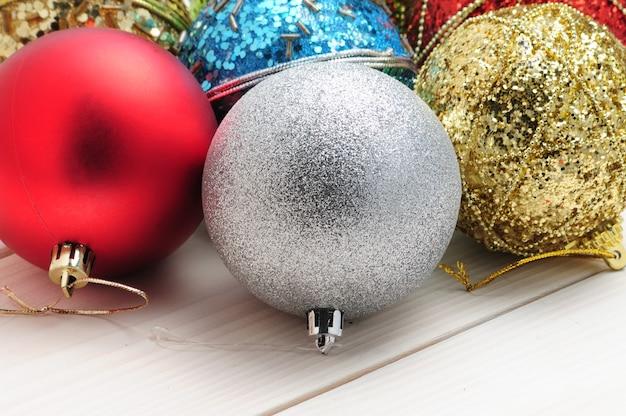 木製のテーブルの上のクリスマスツリーの枝やおもちゃ
