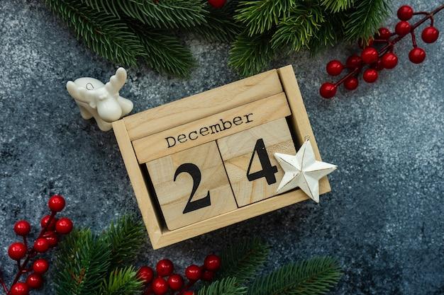 Елочные ветви и деревянный деревенский календарь