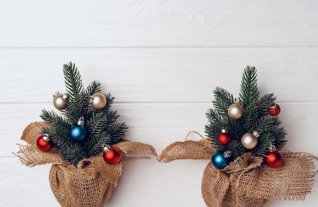つまらないもので飾られたクリスマスツリーの枝