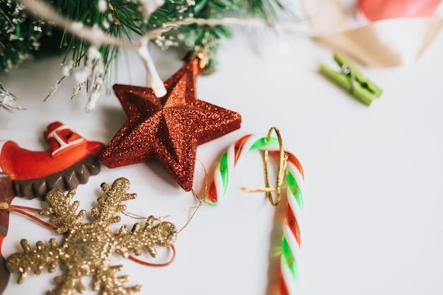 おもちゃの赤い星、雪の結晶で飾られたクリスマスツリーの枝