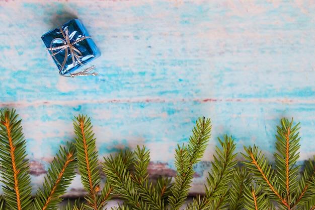 Елочные ветки на синем фоне, синий рождественский подарок