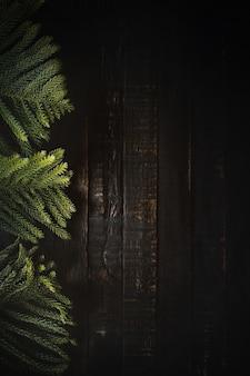 어두운 나무 배경 복사 공간에 크리스마스 나무 가지. 평평하다.