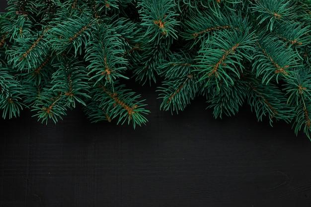 Елочные ветви на темном деревянном