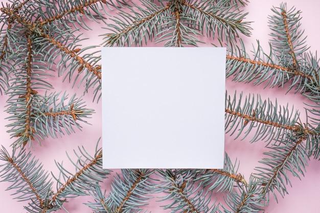 クリスマスツリーの枝、copyspace、灰色、トップビューでピンク