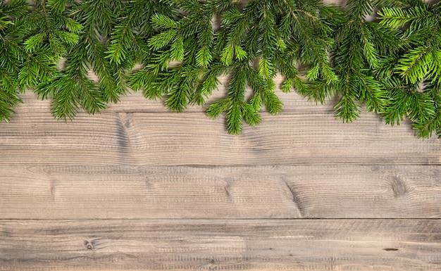 Елочные ветви на фоне деревянной текстуры