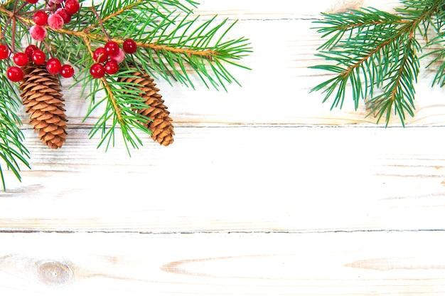 コーンと赤い果実のクリスマスツリーの枝