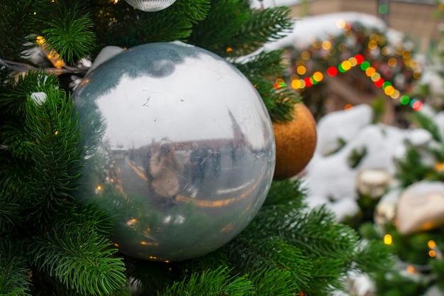 Елка елочные шары. праздничный фон.