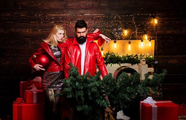 Новогодняя елка новогодний мужской костюм мода комикс пара сумасшедшая празднуют современные рождественские тенденции нов ...