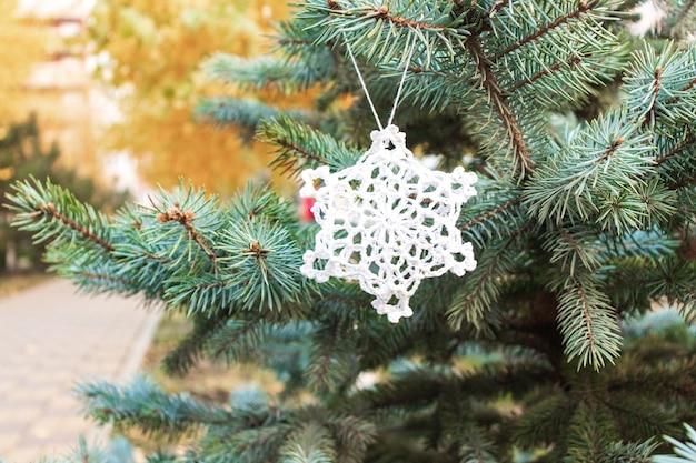 Рождественская елка. елка с новогодними игрушками. освещается на елке