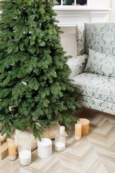 선물 장난감 없이 크리스마스 트리 클로즈업입니다. 좋은 새해 정신. 홈 인테리어에 그린 크리스마스 트리