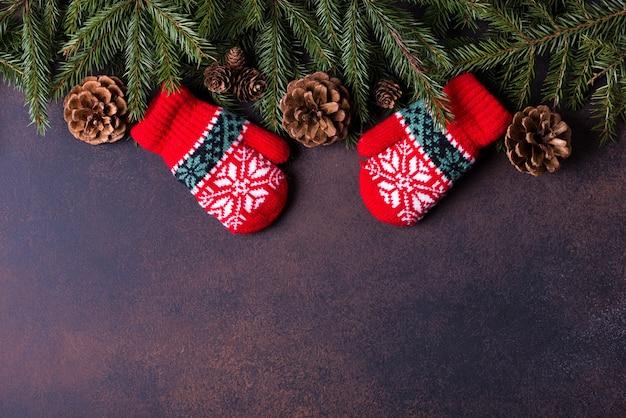 コピースペースのあるクリスマスツリー、コーン、ミトン