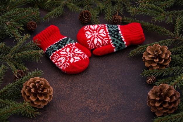 クリスマスツリー、コーン、ミトン Premium写真