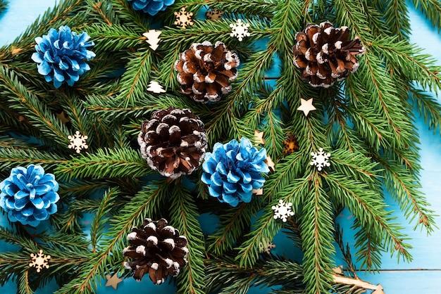 Шишки и иглы рождественской елки на деревянном столе.
