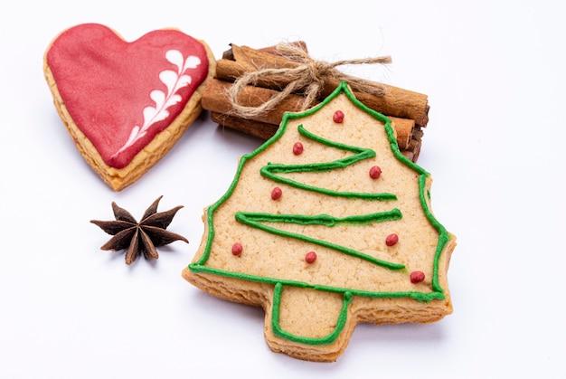 계피에 크리스마스 트리 쿠키입니다.