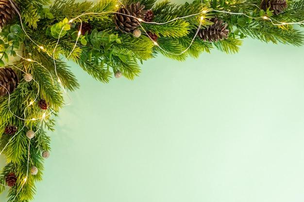 緑の背景フラットレイのクリスマスツリーコーナー装飾