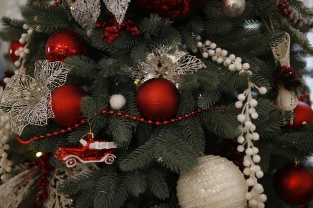 장난감과 공으로 장식된 크리스마스 트리