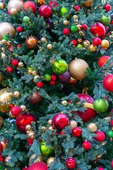 장난감, 조명 및 반짝이로 장식 된 크리스마스 트리