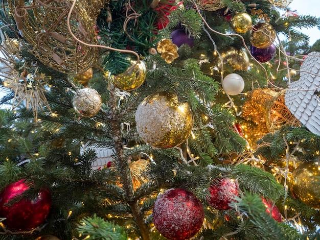 Елка, украшенная игрушками, вид снизу. концепция нового года и рождества