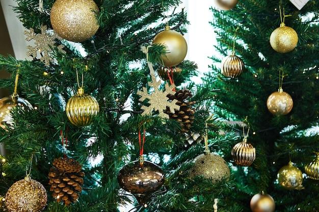 장난감으로 장식 된 크리스마스 트리
