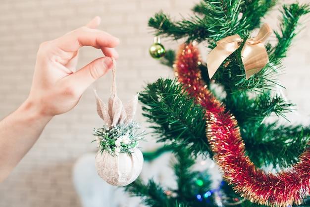 きらめくおもちゃで飾るクリスマスツリー。