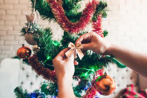 クリスマスツリーを飾る