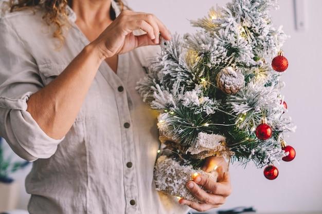 クリスマスツリーの装飾と休日を楽しむ人々