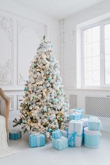青いギフトボックスと家のインテリアのクリスマスツリーの装飾