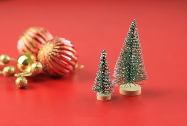 Рождественская елка украшения концепции фон копией пространства для текста на красном фоне классический