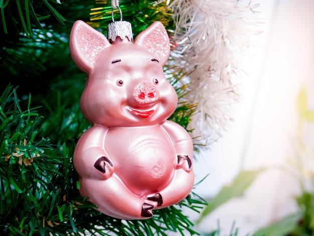豚の形のクリスマスツリーの装飾。クリスマスと年末年始_