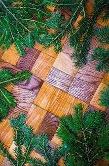 Елочные украшения, изолированные на деревянных фоне