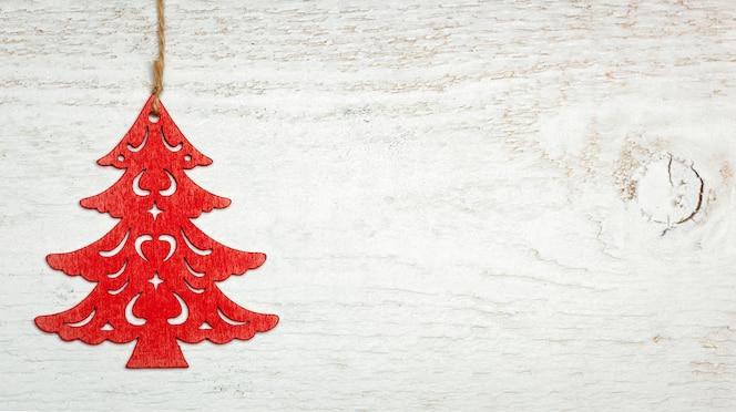 decorazione dell'albero di natale sul bordo di legno